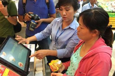 Người Sài Gòn tận mắt kiểm tra nguồn thịt heo bằng smartphone